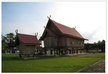 Menengok 15 rumah adat Indonesia terpopuler lengkap dengan gambar.