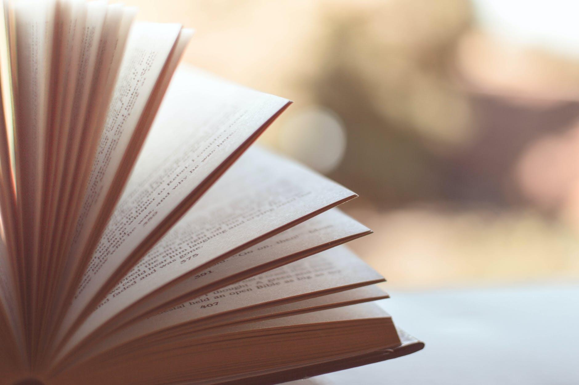 Memahami pengertian kajian pustaka, fungsi, dan cara membuat.